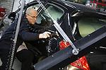Foto: VidiPhoto<br /> <br /> DRUTEN - Twee Italiaanse specialisten werken maandag aan het uitdeuken van bijna 600 personenauto's van de autoschadebedrijven Hageman en Pauwels in Druten bij Nijmegen. De enorme hagelbui van drie weken geleden heeft meer schade veroorzaakt dan gedacht. Omdat de verzekeringsmaatschappijen de twee Drutense herstelbedrijven heeft aangewezen als plaats waar de deukjes gerepareerd moeten worden, hebben Erik Hageman en Antoon Pauwels twee superspecialisten uit Itali&euml; laten overkomen. De twee reizen de hele wereld over, achter de hagelbuien aan. Omdat ze gespecialiseerd zijn in alleen hagelschade, zijn er geen betere restylers ter wereld te vinden. Volgens Pauwels zijn het 'tovenaar' op het gebied van hagelschade. Tot eind dit jaar zijn ze bezig in Druten. Per auto kost herstel 2500 euro en dat is -ondanks het intensieve werk- fors goedkoper dan nieuw plaatwerk, ondanks dat sommige auto's zelfs zo'n duizend deukjes hebben. Drie weken geleden zorgde een enorme hagelbui met hagelstenen als tennisballen voor grote schade in de fruitteelt en glastuinbouw in delen van Zuid- en Midden-Nederland. Ook enkele duizenden personauto's van particulieren werden getroffen. De kans op dit soort extreem weer met enorme financi&euml;le gevolgen neemt volgens de autoherstellers door de klimaatverandering alleen maar toe.