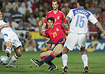 Fussball INTERNATIONAL EURO 2004 Spanien - Russland Juan Carlos Valeron (ESP,mitte) erzielt das 1-0; gegen Evgueni Aldonin (RUS,li) und Dmitry Alenichev ( RUS,re)