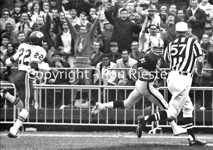 Raiders Warren Wells scores Touchdown against the KC Chiefs (1969 photo/Ron Riesterer)