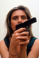 Donna armata di pistola. Woman armed with gun....