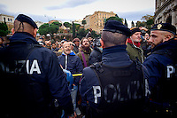 Roma, 27 Novembre 2015<br /> Franco Magni, proprietario della &quot;Sp.Q.R. Special quality Rome&raquo;, agenzia di guide turistiche, minaccia di buttarsi dal Colosseo per protestare contro l'ordinanza del commissario prefettizio del comune di Roma Francesco Paolo Tronca, che vieta i risci&ograve;, centurioni, e procacciatori di agenzie turistiche vicino ai munumenti.<br /> Rome, November 27, 2015<br /> Franco Magni, owner of the &quot;Special quality SPQR Rome,&quot; agency of tourist guides threat to jump from the Colosseum to protest against the order of the Prefectural Commissioner of the City of Rome Francesco Paolo Tronca, banning rickshaws, centurions and brokers tourism agencie near monuments.