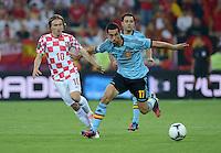 FUSSBALL  EUROPAMEISTERSCHAFT 2012   VORRUNDE Kroatien - Spanien                 18.06.2012 Luka Modric (li, Kroatien) gegen Alvaro Arbeloa (re, Spanien)