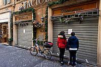 Roma 12 Marzo 2015<br /> Blitz della Direzione investigativa antimafia a Roma in zona Pantheon. La Dia ha sequestrato due noti ristoranti e arrestato un imprenditore calabrese, affiliato alle cosche calabresi. I due ristoranti sequestrati sono locali frequentatissimi soprattutto da turisti e sono 'Er faciolaro' e 'La rotonda', nella centralissima Via dei Pastini. Il valore dei beni sequestrati ammonta a circa 10 milioni di euro.<br /> Rome March 12, 2015<br /> Blitz the anti-Mafia Investigation Department in Rome near the Pantheon. The Dia seized two well-known restaurants and arrested a businessman from Calabria, affiliated to the Calabrian clans. The two restaurants are seized premises frequented mostly by tourists and are 'Er faciolaro' and 'La rotonda' in the central Via dei Pastini. The value of seized amounts to about 10 million euro.