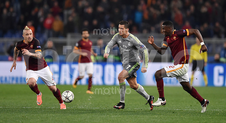 FUSSBALL CHAMPIONS LEAGUE  SAISON 2015/2016 ACHTELFINAL HINSPIEL AS Rom - Real Madrid                 17.02.2016 Cristiano Ronaldo (Mitte, Real Madrid) gegen Antonio Ruediger (re, AS Rom) und Radja Nainggola (li, AS Rom)