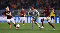 FUSSBALL CHAMPIONS LEAGUE  SAISON 2015/2016 ACHTELFINAL HINSPIEL AS Rom - Real Madrid                 17.02.2016 Cristiano Ronaldo (Mitte, Real Madrid) gegen Antonio Ruediger (re, AS Rom) und Radja Nainggola (li, AS Rom)