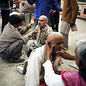 Haridwar 11-13.02.2010 India..The Maha (Great) Kumbh Mela in Haridwar. Pilgrims and Sadhus in great number from around India visit here to bath at the banks of the river Ganges. They belive that a holy dip in sacred river during Maha Kumbh takes human out of the circle of life and death. Barber..photo Maciej Jeziorek/Napoimages..Haridwar 12.02.2010 Indie.Kumbh Mela ( Swieto Dzbana ). Pielgrzymi i Sadhu ( Swieci - hinduscy wedrowni asceci) przybywaja tu zanurzyc sie w Gangesie. Wierza oni, ze pozwoli im to wyrwac sie z cyklu narodzin i smierci..fot. Maciej Jeziorek/Napoimages.