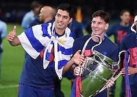FUSSBALL  CHAMPIONS LEAGUE  FINALE  SAISON 2014/2015   Juventus Turin - FC Barcelona                 06.06.2015 Der FC Barcelona gewinnt die Champions League 2015: Sergio Busquets (li) und Lionel Messi  jubeln mit dem Pokal