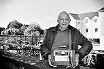 Martial apporte un très vieux chargeur de batterie au Repair Café de Beaufort-en-Vallée (Maine-et-Loire) afin qu'il soit réparé.