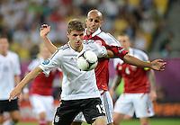 FUSSBALL  EUROPAMEISTERSCHAFT 2012   VORRUNDE Daenemark - Deutschland       17.06.2012 Thomas Mueller (Deutschland) vor Simon Poulsen (Daenemark)
