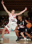 Basketball, BBL 2003/2004 , 1.Bundesliga Herren, Wuerzburg (Germany) X-Rays TSK Wuerzburg - GHP Bamberg (62:84) rechts Derrick Taylor (Bamberg) am Ball gegen links Nils Mittmann (Wuerzburg)