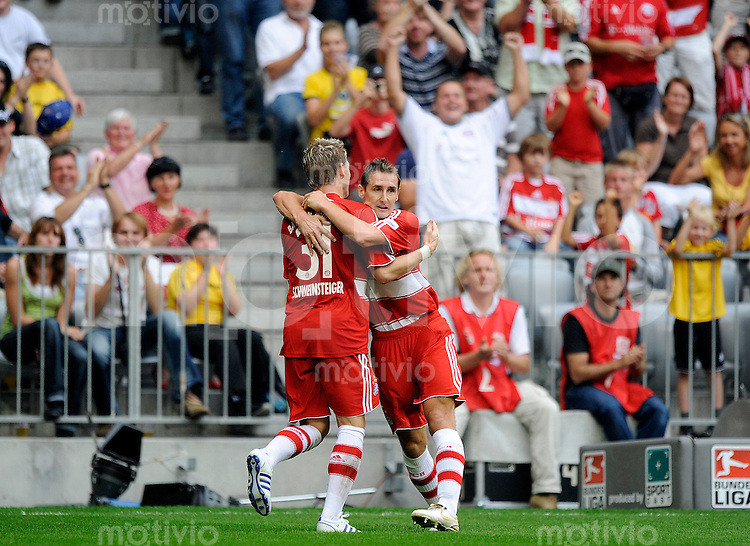 Fussball Bundesliga Saison 2008/2009 FC Bayern Muenchen - Hertha BSC Berlin Bastian SCHWEINSTEIGER (l) jubelt zum 3:0 mit Miroslav KLOSE (FCB).