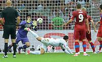FUSSBALL  EUROPAMEISTERSCHAFT 2012   VIERTELFINALE Tschechien - Portugal              21.06.2012 Cristiano Ronaldo (Portugal) erzielt per Kopf das Tor zum 0:1. Torwart Petr Cech (Tschechische Republik) kommt nicht an den Ball