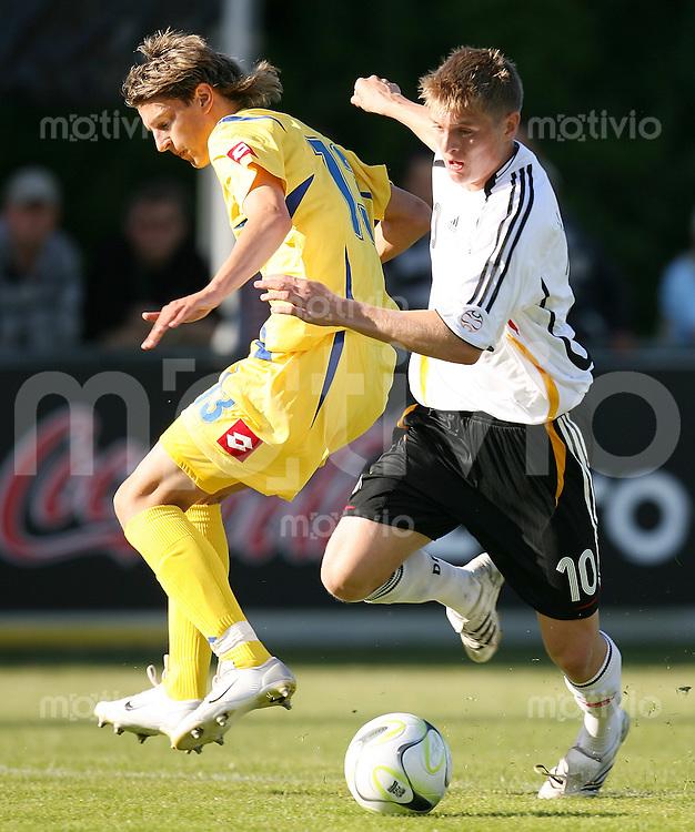 Fussball    International    U17 Europameisterschaft Deutschland - Ukraine 2:0    Maxym Bilyy (li, UKR) gegen Toni Kroos (re, GER)