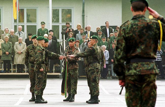 Geloebnis von Soldaten der 2. Kompanie des Jaegerbatallions 1 BERLIN und der 2. Kompanie des Wachbatallions BMVg in der Berliner Bluecher-Kaserne.<br /> Die Rekruten des Jaegerbatallions werden ab Mai 2001 als Einsatzkraefte BERLINER JAEGER zur KFOR-Friedenstruppe in den Kosovo verlegt.<br /> Hier: Rekruten des Jaegerbatallions beim Geloebnis an der Fahne.<br /> 5.10.2000, Berlin<br /> Copyright: Christian-Ditsch.de<br /> [Inhaltsveraendernde Manipulation des Fotos nur nach ausdruecklicher Genehmigung des Fotografen. Vereinbarungen ueber Abtretung von Persoenlichkeitsrechten/Model Release der abgebildeten Person/Personen liegen nicht vor. NO MODEL RELEASE! Nur fuer Redaktionelle Zwecke. Don't publish without copyright Christian-Ditsch.de, Veroeffentlichung nur mit Fotografennennung, sowie gegen Honorar, MwSt. und Beleg. Konto: I N G - D i B a, IBAN DE58500105175400192269, BIC INGDDEFFXXX, Kontakt: post@christian-ditsch.de<br /> Bei der Bearbeitung der Dateiinformationen darf die Urheberkennzeichnung in den EXIF- und  IPTC-Daten nicht entfernt werden, diese sind in digitalen Medien nach &sect;95c UrhG rechtlich gesch&uuml;tzt. Der Urhebervermerk wird gemaess &sect;13 UrhG verlangt.]