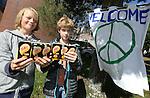 Foto: VidiPhoto<br /> <br /> ARNHEM - In de voormalige Koepelgevangenis in Arnhem wordt dinsdag alles in gereedheid gebracht om 250-400 vluchtelingen op te vangen. De asielzoekers krijgen een onderkomen in de cellen waar tot twee weken geleden 129 jaar lang criminelen in verbleven. Dinsdag is ook de buurt pas voor het eerst ingelicht. Buurtbewoners en scholen in de omgeving proberen met spandoeken en cadeautjes de vluchtelingen welkom te heten. De tralies in de gevangenis zelf en de cellen worden z.s.m. verwijderd. De gemeente Arnhem blijft ondertussen zoeken naar andere cq betere opvangmogelijkheden dan een gevangenis. Dinsdag of woensdag arriveren de eerste 100 asielzoekers met bussen. Foto: Pakjes drinken voor de vluchtelingen van Tobias ter Beek (l) en Philip Bos.