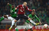 FUSSBALL   1. BUNDESLIGA   SAISON 2012/2013    20. SPIELTAG SV Werder Bremen - Hannover 96                           01.02.2013 Sofian Chahed (Mitte, Hannover 96) gegen Assani Lukimya (li) und Eljero Elia (re, beide SV Werder Bremen)