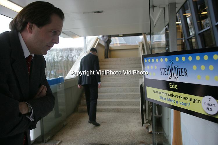 Foto: VidiPhoto..EDE - Minister Pechtold van Bestuurlijke Vernieuwing heeft woensdagmiddag in Ede de stemwijzer voor de gemeenteraadsverkiezingen 2006 in gebruik genomen. Bezoekers van de stemwijzer kunnen via internet testen bij welke partij zij zich het beste thuis voelen. Aan het eind van de test wordt een advies gegeven. Tot grote opluchting van de minister bleek uit de test dat hij D66 moest stemmen.