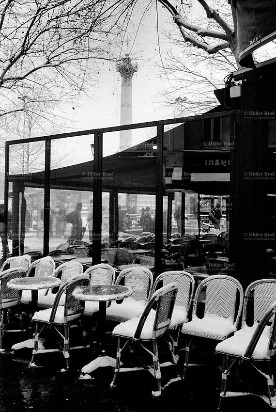 Paris bastille july column restaurant terrace snow for Restaurant bastille terrasse