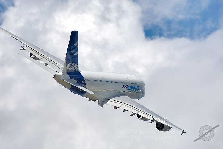 Airbus A380 Departing from Airventure