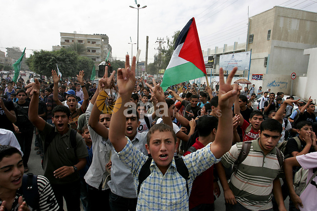 Palestinians chant slogans as they take part in a rally celebrating a prisoner swap between Hamas and Israel ,in Rafah town in the southern Gaza Strip October 12, 2011. Israelis welcomed on Wednesday a major prisoner swap that will free soldier Gilad Shalit after five years in captivity in return for the release of 1,000 Palestinians, but emotions were mixed over the lopsided exchange negotiated with Hamas. Photo by Abed Rahim Khatib