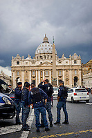 Roma 27 Marzo 2015<br /> Polizia e carabinieri per controlli anti-terrorismo in piazza San Pietro  per la festivit&agrave; di Pasqua.<br /> Rome 27 March 2015<br /> Police for anti-terrorism controls in St. Peter's Square for the Easter holidays.