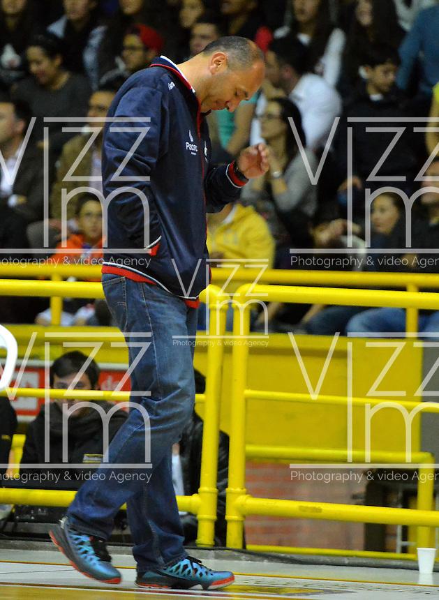 BOGOTÁ -COLOMBIA. 31-05-2014. Yesid Riveros (I) entrenador de Guerreros de Bogotá  gesticula durante el quinto partido contra Cafeteros de Armenia por los playoffs semifinales de la  Liga DirecTV de Baloncesto 2014-I de Colombia realizado en el coliseo El Salitre de Bogotá./ Yesid Riveros coach of Guerreros de Bogota gestures during 5th game against Cafeteros de Armenia for the playoffs semifinals of the DirecTV Basketball League 2014-I in Colombia played at El Salitre coliseum in Bogota. Photo: VizzorImage/ Gabriel Aponte / Staff