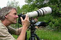 Blaumeise, handzahmer Jungvogel auf Fotoausrüstung, Naturfotograf, Blau-Meise, Meise, Jungvögel, Cyanistes caeruleus, Parus caeruleus, Blue Tit, Mésange bleue