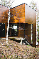 The construction of the house takes advantage of the undulating contours of the woodland