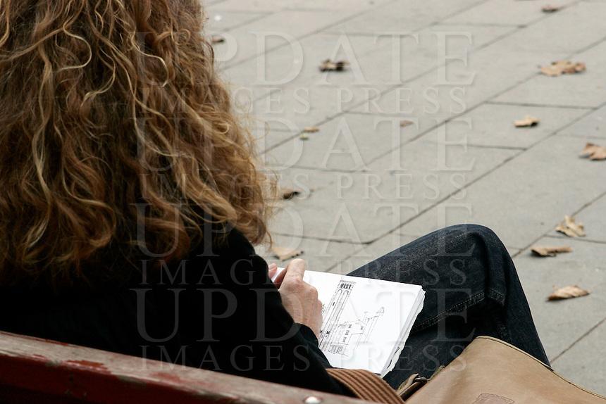 Una disegnatrice a Campo San Giacomo dall'Orio, Venezia.<br /> Drawing in Campo San Giacomo dall'Orio, in Venice.<br /> UPDATE IMAGES PRESS/Riccardo De Luca