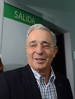 MEDELLÍN - COLOMBIA, 21-02-2017: Alvaro Uribe Velez, senador de Colombia, fue dado de alta después de haber sido sometidoa  una intervención quirúrjica pra tratarle inconvenientes con la próstata. / Alvaro Uribe Velez, a Colombian senator, was discharged after having undergone surgery to treat problems with the prostate.  Photo: VizzorImage/ León Monsalve /STR