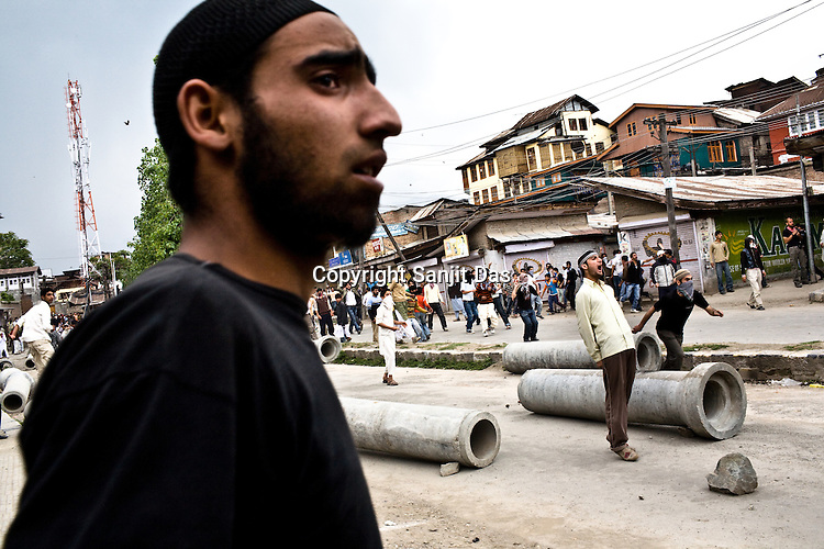 Kashmiri demonstrators raise anti-India and anti-election slogans and clash with Central Reserve Police Force (CRPF) and J&K Police during a protest in downtown Srinagar on May 8, 2009. Separatists oppose the holding of elections in Kashmir, arguing that they will not resolve the future of the disputed territory, held in part by India and Pakistan but claimed in full by both...Kashmir went into polls on the 4th round of Indian general elections. About 26 percent polling was recorded in the Indian parliamentary elections held in Kashmir on Thursday, May 7th 2009. The poll percentage was on the higher side this year as compared to 2004 polls when 15.04 percent polling was recorded.