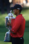 Tiger WOODS (USA) mit der Wanamaker Trophy, 4.Runde, 88th PGA Championship Golf, Medinah Country Club, IL, USA