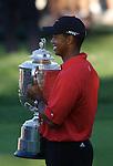 Tiger WOODS (USA) mit der Wanamaker Trophy, 4.Runde, 88th PGA Championship Golf, Medinah Country Club, IL, USA