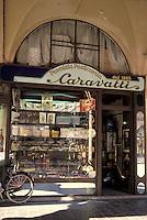Mantova, Via Broletto, storica pasticceria sotto i portici.<br /> Mantua, Via Broletto, old patisserie in the archades.