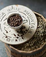 Gastronomie G&eacute;n&eacute;rale: Le Jamaica Blue Mountain est un type de caf&eacute; obtenu &agrave; partir de caf&eacute;iers cultiv&eacute;s dans les Blue Mountains, en Jama&iuml;que.<br /> Grains de caf&eacute; vert et caf&eacute; torr&eacute;fi&eacute; - Stylisme : Val&eacute;rie LHOMME
