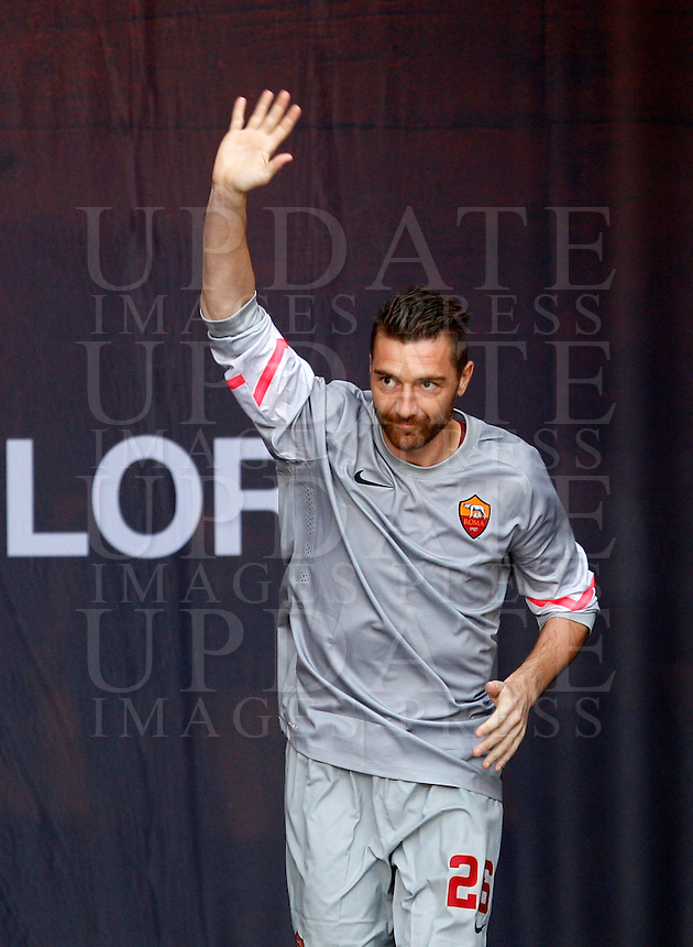 Calcio, amichevole Roma vs Fenerbahce. Roma, stadio Olimpico, 19 agosto 2014.<br /> Roma goalkeeper Morgan De Sanctis waves to fans as he arrives for the team's presentation, prior to the friendly match between AS Roma and Fenerbahce at Rome's Olympic stadium, 19 August 2014.<br /> UPDATE IMAGES PRESS/Riccardo De Luca