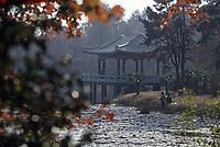 Asie/Chine/Jiangsu/Nankin&nbsp;: Le mausol&eacute;e du Docteur Sun Yat Sen - Petit pavillon sur le lac &agrave; c&ocirc;t&eacute; du mausol&eacute;e<br /> PHOTO D'ARCHIVES // ARCHIVAL IMAGES<br /> CHINE 1990