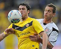 Fussball, 2. Bundesliga, Saison 2011/12, SG Dynamo Dresden - FSV Frankfurt, Sonntag (05.12.11), gluecksgas Stadion, Dresden. Dresdens Pavel Fort (li.) gegen Frankfurts Manuel Konrad.