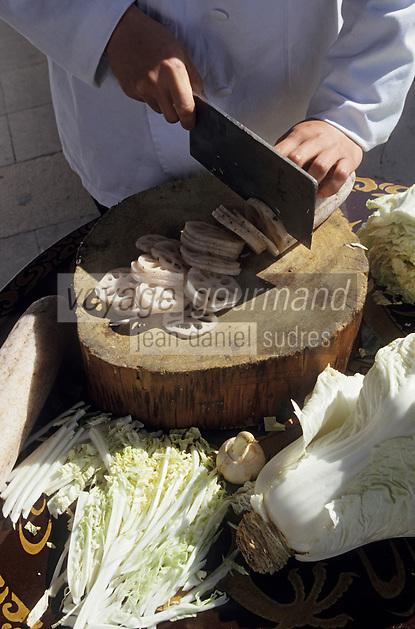 Asie/Chine/Jiangsu/Env Nankin&nbsp;: Cuisine chinoise - L'art du d&eacute;coupage de l&eacute;gumes - Tubercules de lotus<br /> PHOTO D'ARCHIVES // ARCHIVAL IMAGES<br /> CHINE 1990