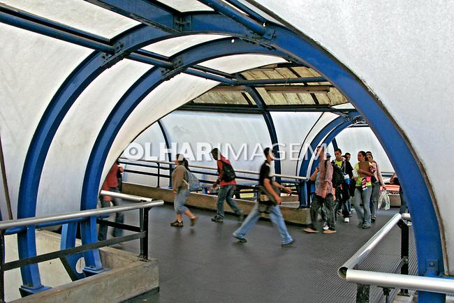 Passarela de pedestres. Estação do metro Barra Funda. São Paulo. 2007. Foto de Juca Martins.