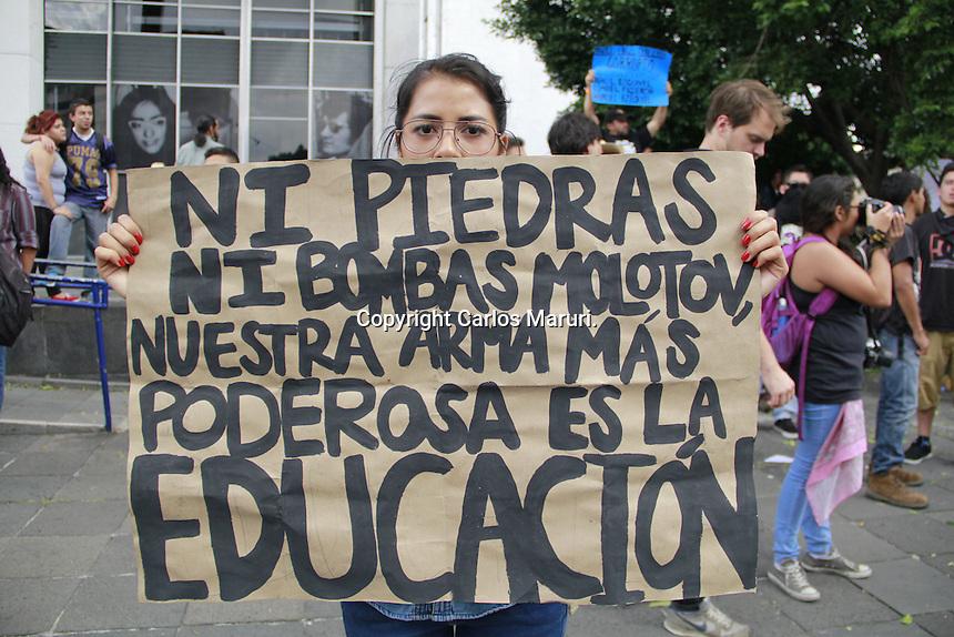 M&eacute;xico DF, 02/Octubre/2014.-  Marcha conmemorativa al 46 Aniversario de la masacre de estudiantes en Tlatelolco el 02 de Octubre de 1968. Dicha movilizaci&oacute;n parti&oacute; alrededor de las 16:00 horas de la Plaza de las Tres Culturas en donde se concentraron cientos de personas adem&aacute;s del comit&eacute; del 68 y colectivos en Tlatelolco, el objetivo fijado para esta marcha fue llegar al Z&oacute;calo capitalino.<br /> <br /> Cabe destacar que la Secretar&iacute;a de Seguridad P&uacute;blica del Distrito Federal (SSPDF) desplego entre tres mil y cuatro mil elementos para vigilar la marcha a distancia que este jueves se efectu&oacute; en la ciudad para conmemorar los hechos del 2 de octubre de 1968. Durante dicha marcha no se sucito ning&uacute;n tipo de enfrentamientos como en a&ntilde;os anteriores. <br /> <br /> <br /> Foto: Carlos Maruri. / Obture.