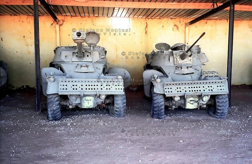 Il Museo dell'Esercito di Liberazione Popolare (campo di Rabouni, 20 km a sud di Tindouf, Algeria),istituito con la Repubblica Araba Saharawi Democratica (RASD) governo (Fronte Polisario), mostra  le armi  catturate all'esercito marocchino durante la guerra (1976 -- 1991). .Questa mostra presenta anche alcuni documenti sulla prime azioni svolte da parte del Fronte Polisario dal 1973, inizialmente contro la colonizzazione spagnola e, più tardi, .contro l'esercito marocchino..The Museum of the People's Liberation Army (Rabouni camp, 20 km south of Tindouf, Algeria), set up by Sahrawi Arab Democratic Republic (SADR) government (Polisario Front), show the warfare seized to the Moroccan army during the wartime (1976-1991). This exhibit also shows some documents on the first actions carried out by the Polisario Front since 1973 initially against Spanish colonization and, later, against Moroccan army....
