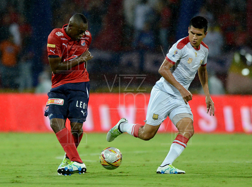 MEDELLIN - COLOMBIA -24 -04-2016: Juan Caicedo (Izq.) jugador de Deportivo Independiente Medellin disputa el balón con Javier Lopez (Der.) jugador de Rionegro Aguilas, durante partido entre Deportivo Independiente Medellin y Rionegro Aguilas, por la fecha 14 de la Liga Aguila I 2016, en el estadio Atanasio Girardot de la ciudad de Medellin. / Juan Caicedo (L) player of Deportivo Independiente Medellin fights for the ball with Javier Lopez (R) player of Rionegro Aguilas, during a match between Deportivo Independiente Medellin and Rionegro Aguilas, for the date 14 of the Liga Aguila 1I 2016 at the Atanasio Girardot stadium in Medellin city. Photos: VizzorImage  / Leon Monsalve / Cont.