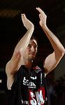 Basketball, BBL 2003/2004 , 1.Bundesliga Herren, Wuerzburg (Germany) X-Rays TSK Wuerzburg - GHP Bamberg (62:84) Chris Ensminger (Bamberg) applaudiert in Richtung der Fans