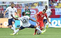 FUSSBALL WM 2014  VORRUNDE    GRUPPE E     Schweiz - Frankreich                   20.06.2014 Karim Benzema (li) und Patrice Evra (Mitte, beide Frankreich) doppeln Xherdan Shaqiri (re, Schweiz)