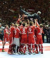 FUSSBALL       DFB POKAL FINALE        SAISON 2012/2013 FC Bayern Muenchen - VfB Stuttgart    01.06.2013 Bayern Muenchen ist Pokalsieger 2013: Die Spieler vom FC Bayern Muenchen lassen ihren Trainer Jupp Heynckes hochleben