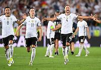 FUSSBALL EURO 2016 VIERTELFINALE IN BORDEAUX Deutschland - Italien      02.07.2016 Jubel: Mesut Oezil, Julian Draxler und Benedikt Hoewedes (v.l., alle Deutschland) jubeln nach dem Spielende