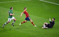 FUSSBALL  EUROPAMEISTERSCHAFT 2012   VORRUNDE Spanien - Irland                     14.06.2012 Fernando Torres (Spanien) gegen Richard Dunne (li) und Torwart Shay Given (re, beide Irland)