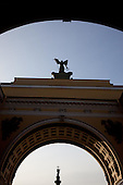 Saint Petersburg, Russia. Alexander Column framed by the General Staff Arch on Hermitage square.///.La colonne d'alexandre sur la place de l hermitage,
