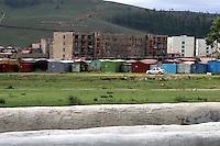 Erdenet, città mineraria a nord della Mongolia, edifici di origine sovietica Sede della Erdenet Mining Company In primo piano tubazioni